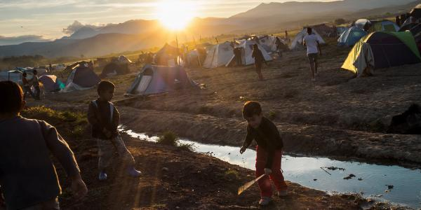A children playing in a refugee camp ©UNHCR/Achilleas Zavallis
