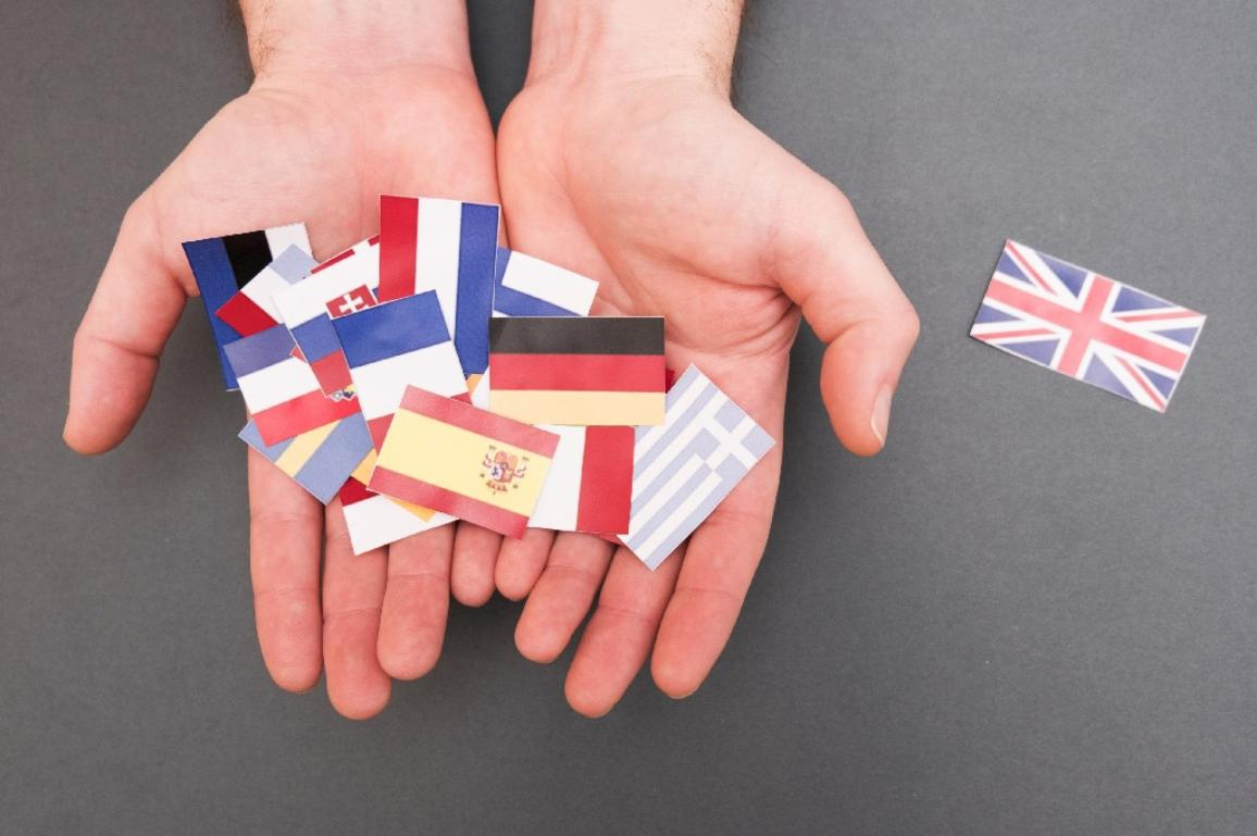 European flags and Great Britain flag on hands ©AP Images/European Union-EP