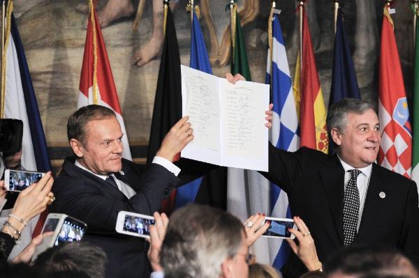 Imagen de los presidentes Tajani y Tusk sujetando la Declaración de Roma en el 60º aniversario del Tratado del mismo nombre