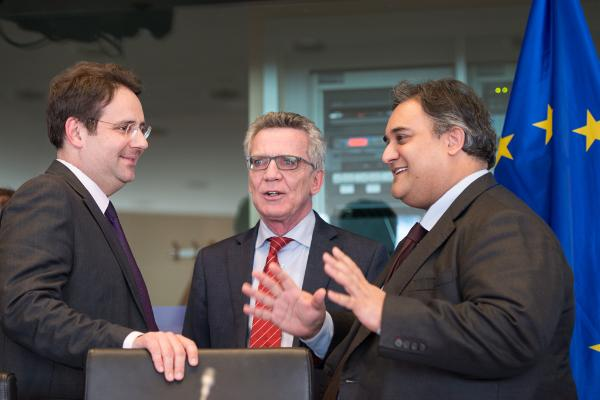 Imagen de los dos ministros conversando de pie con el presidente de la comisión parlamentaria.