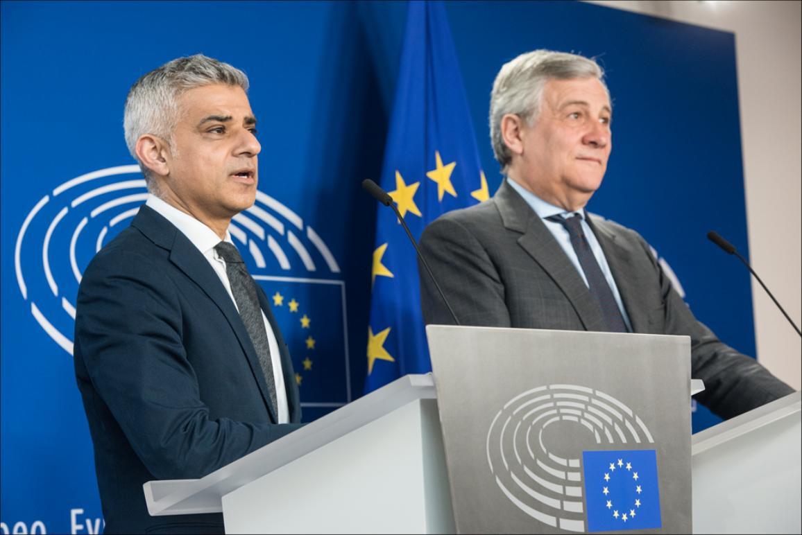 El presidente del PE, Antonio Tajani, y el alcalde de Londre, Sadiq Khan, en rueda de prensa