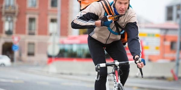 Un fattorino in bicicletta ©AP Images/European Union-EP