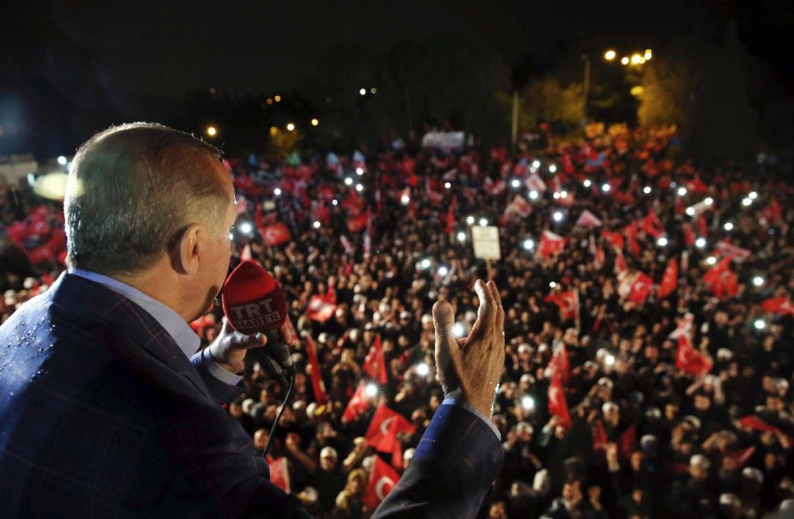 Turkey's President Recep Tayyip Erdogan addresses cheering supporters after unofficial referendum results were announced, in Istanbul, late Sunday, April 16, 2017. ©Yasin Bulbul/AP Photos/European Union-EP
