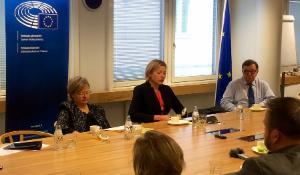 Pressikahveilla 31.3.2017  pöydän ääressä mepit Liisa Jaakonsaari (sdp, S&D), Henna Virkkunen (kok, EPP) ja Paavo Väyrynen (kesk, ALDE)