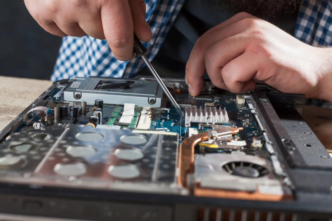 Engineer hands repairs laptop with screwdriver ©AP Images/European Union-EP