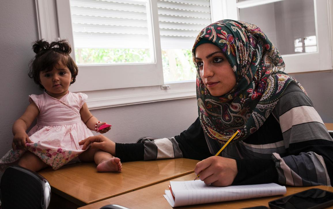 03_Migration: Najah, a 22-year-old refugee from Syria, attends an English course organised and supported by the UNHCR in Leros, Greece, with her 11-month-old daughter Amenah. © UNHCR/Achilleas Zavallis