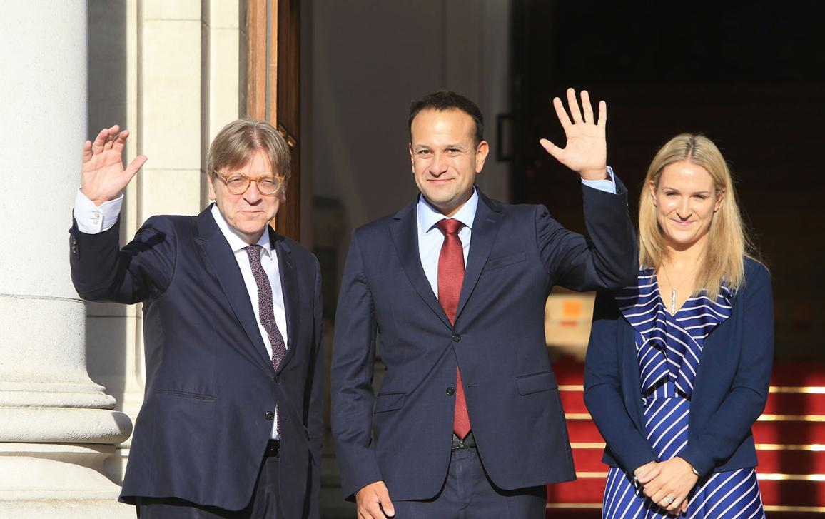 Guy Verhofstadt est accueilli à Dublin par le Premier ministre, Leo Veradkar, et la ministre des affaires européennes, Helen McEntee.