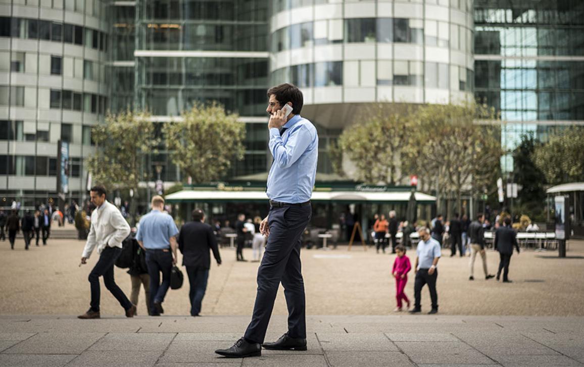 Homme marchant au téléphone