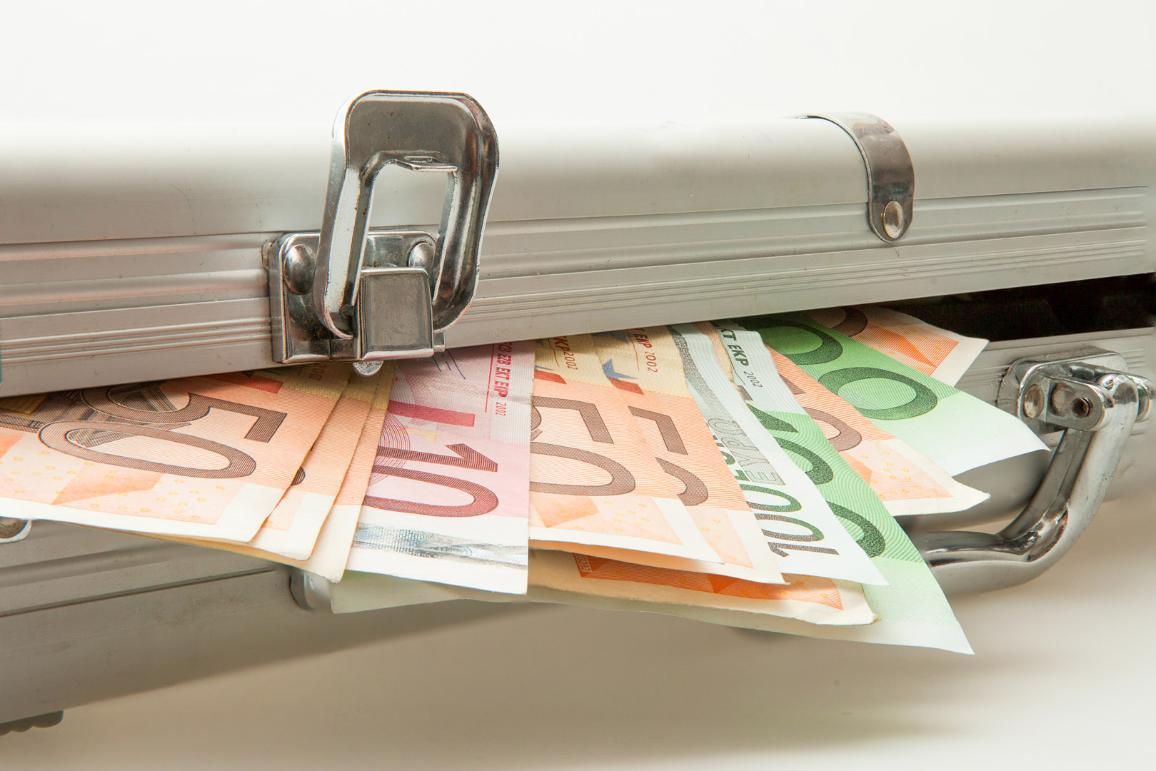 La commission appelle à réprimer les intermédiaires qui facilitent le blanchiment de capitaux