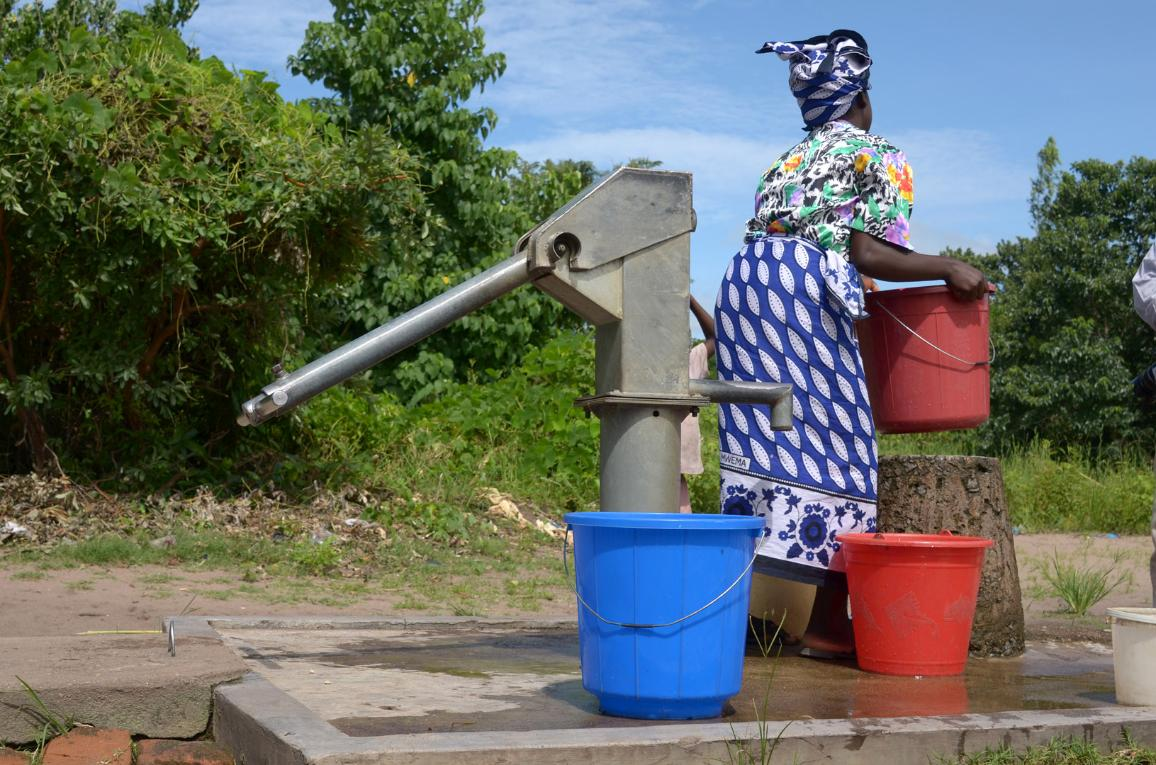 Eine Frau holt Wasser von einem Brunnen ©AP Images/European Union-EP
