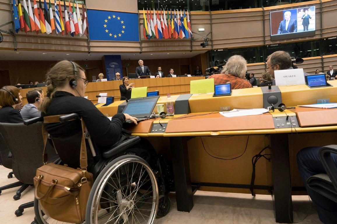Fotografia da sala com participantes e presidente Tajani