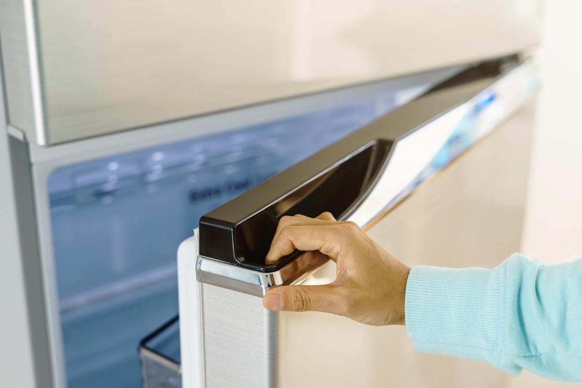 Homem abre um frigorifico ©AP Images/European Union-EP