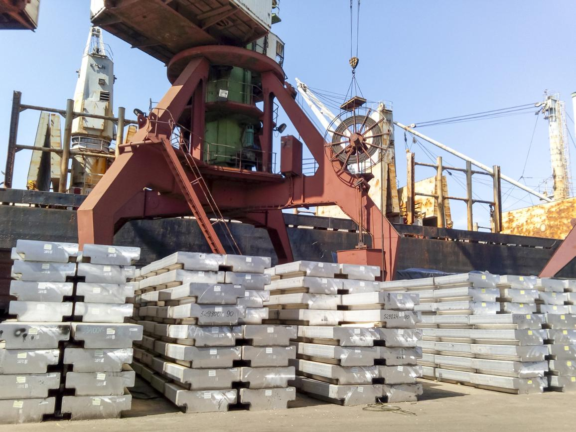 Eksportui paruošti aliuminio luitai © AP Images / ES–EP