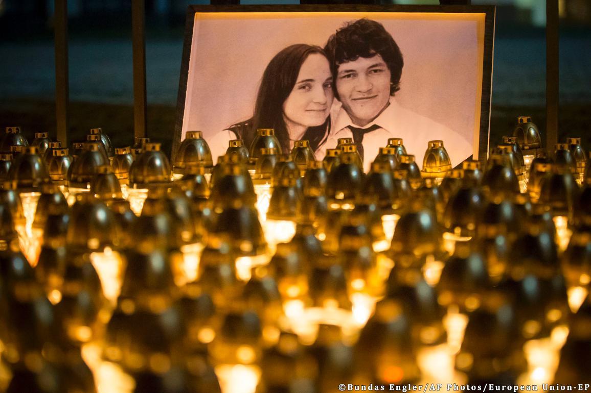 Sviečky na pamiatku zavraždených Jána Kuciaka a Martiny Kušnírovej ©Bundas Engler/AP Photos/EÚ-EP