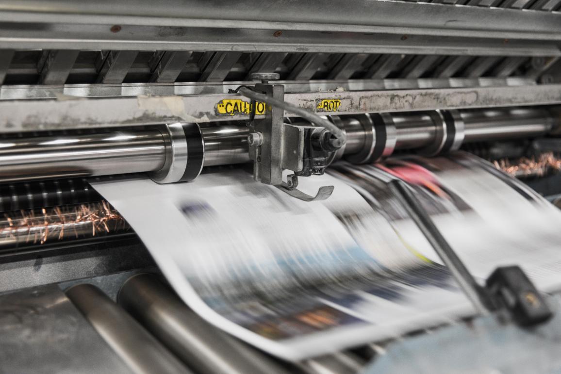 Das Foto zeigt, wie eine Zeitung gedruckt wird.
