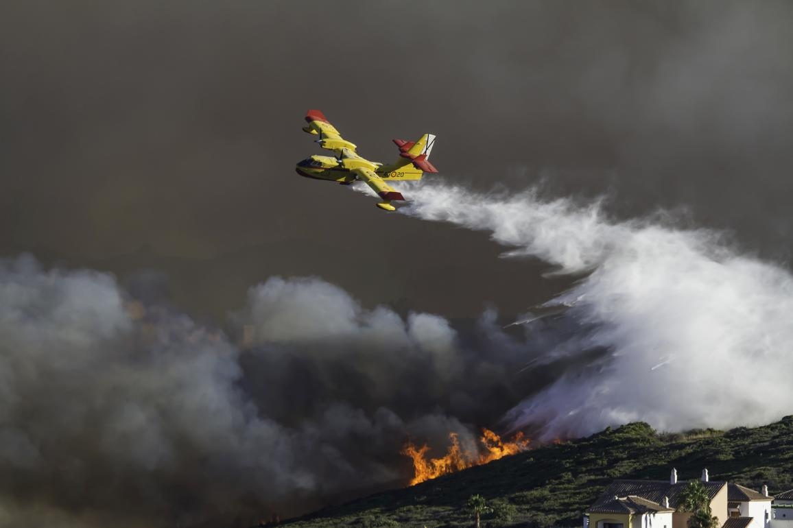 Wild fire close to houses being fought with airplanes and helicopters. ©AP Images/European Union - EP