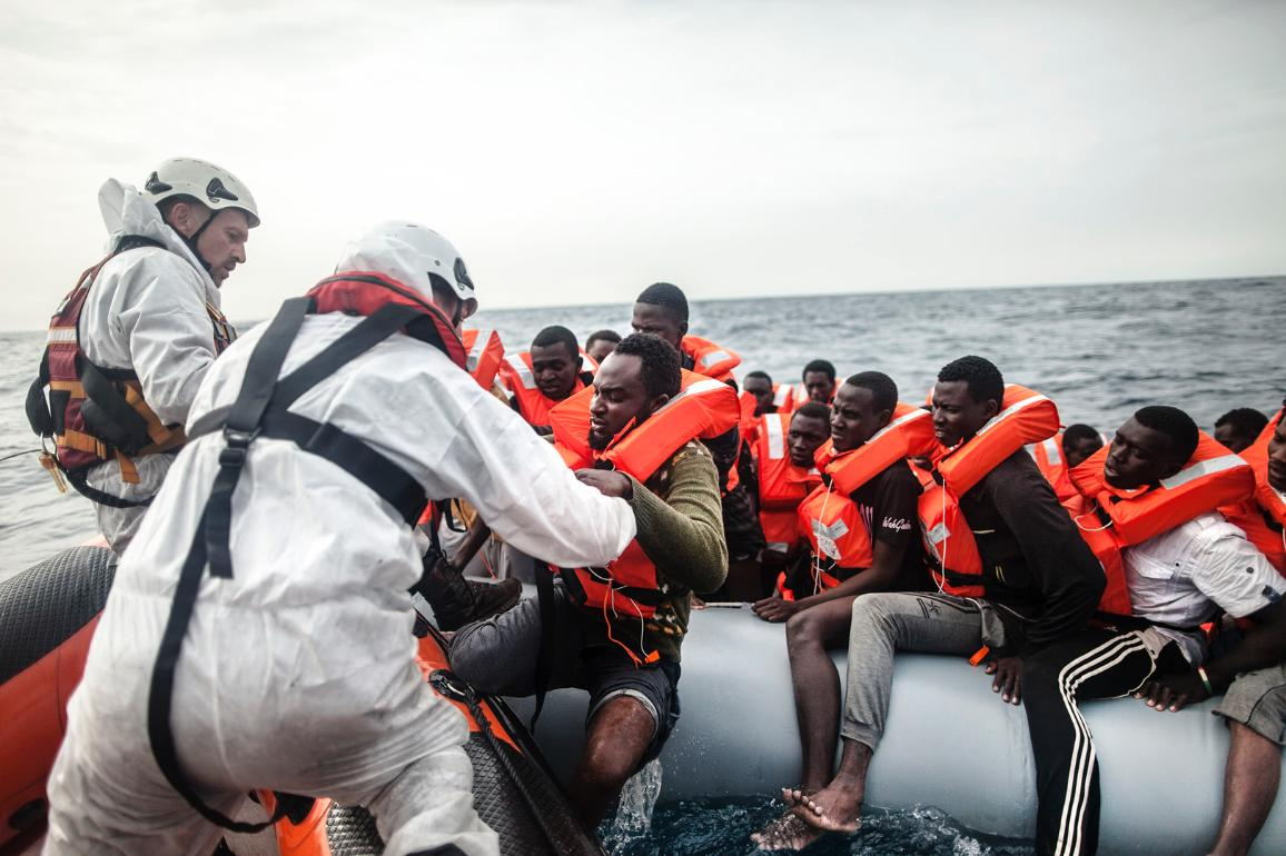 Rescue workers shuttle a group of tired, cold and hungry refugees to the Phoenix rescue boat on 24 November 2016. © UNHCR/Giuseppe Carotenuto