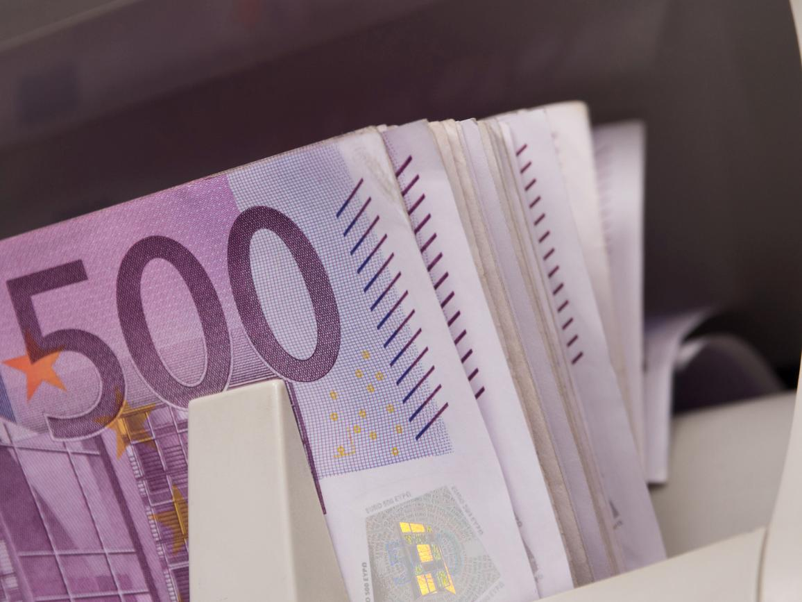 Five hundred euro banknotes in a counting machine. ©AP Images/European Union-EP
