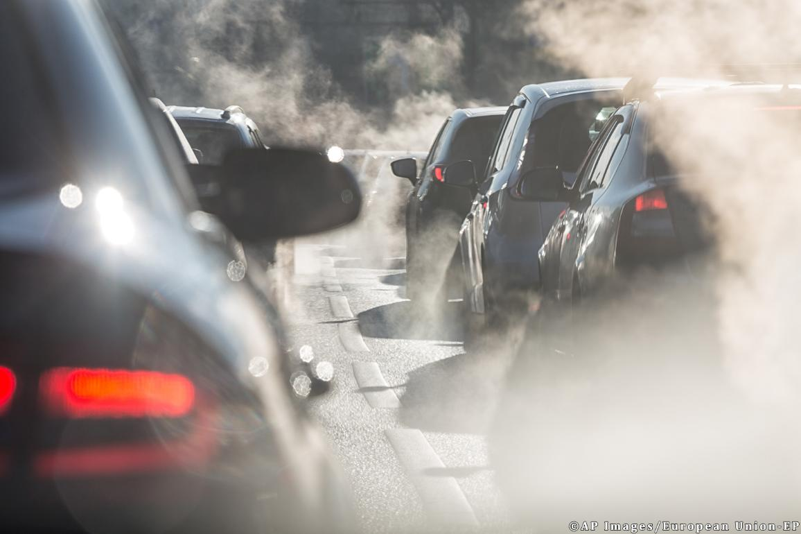 Blurred silhouettes of cars surrounded by steam from the exhaust. ©APimages/European Union-EP