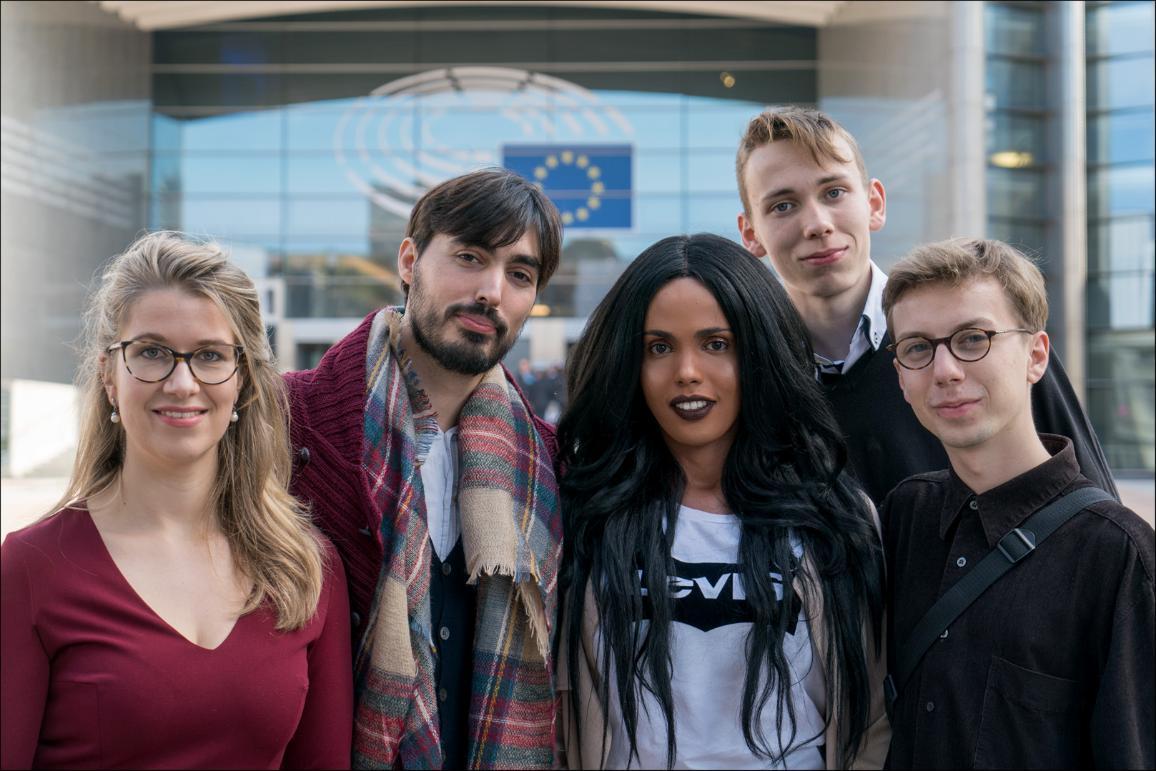 Die Vertreter der Gewinnerprojekte vor dem EU-Parlament in Brüssel