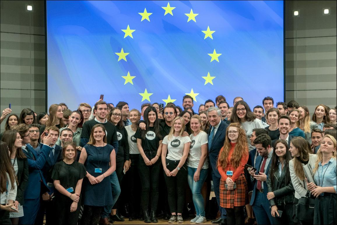 Групова снимка на Боно и Таяни със стажанти в Европейския парламент