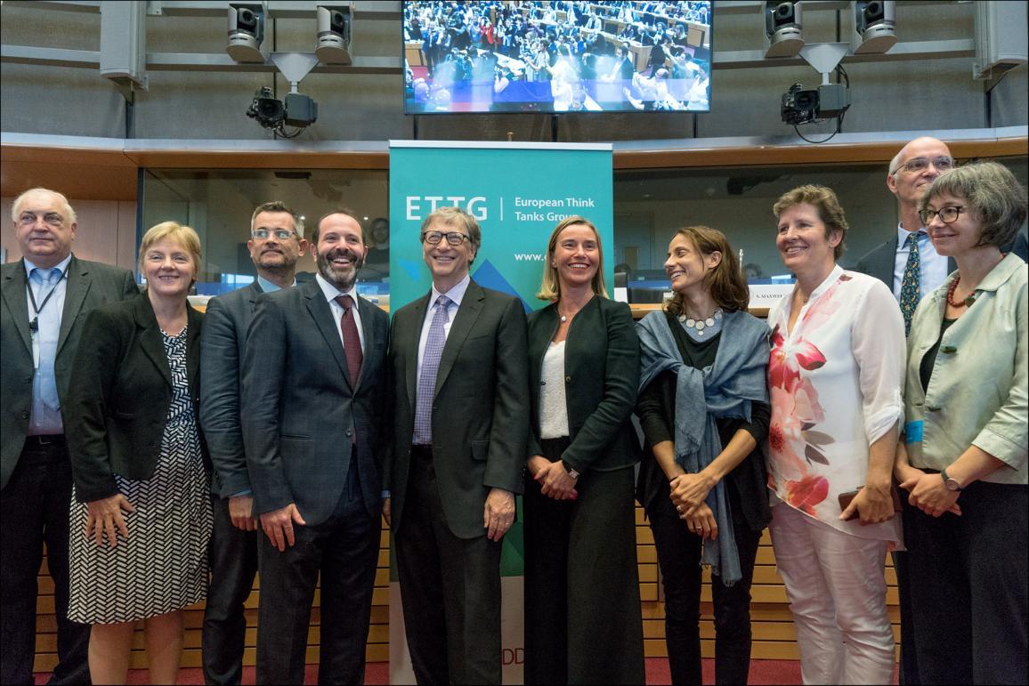 Fotografía de familia con  la presidenta de la comisión de Desarrollo, Linda McAvan; el fundador de Microsoft; Bill Gates, y la alta representante de la Unión Europea, Federica Mogherini.