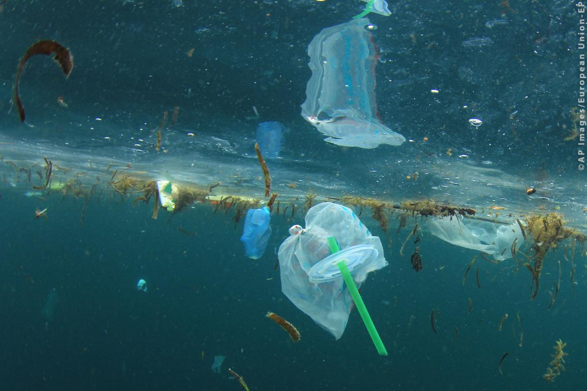 Plastic straws, carrier bags and other garbage pollution in ocean ©AP images/European Union -EP