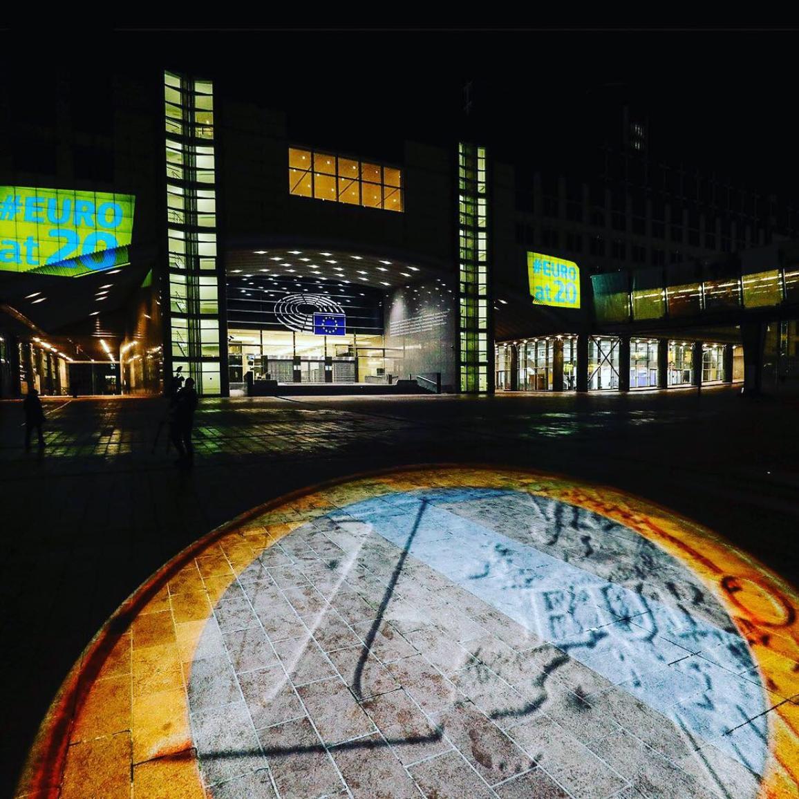 Imagen de la decoración del edificio del Parlamento en Bruselas para conmemorar el 20 aniversario del euro