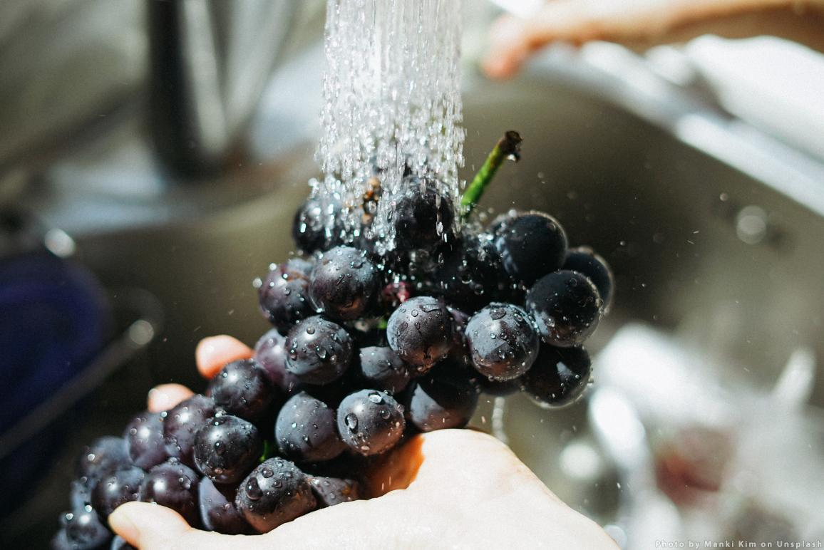 Grapes fruits washed in a kitchen sink © CC0 Photo by Manki Kim on Unsplash