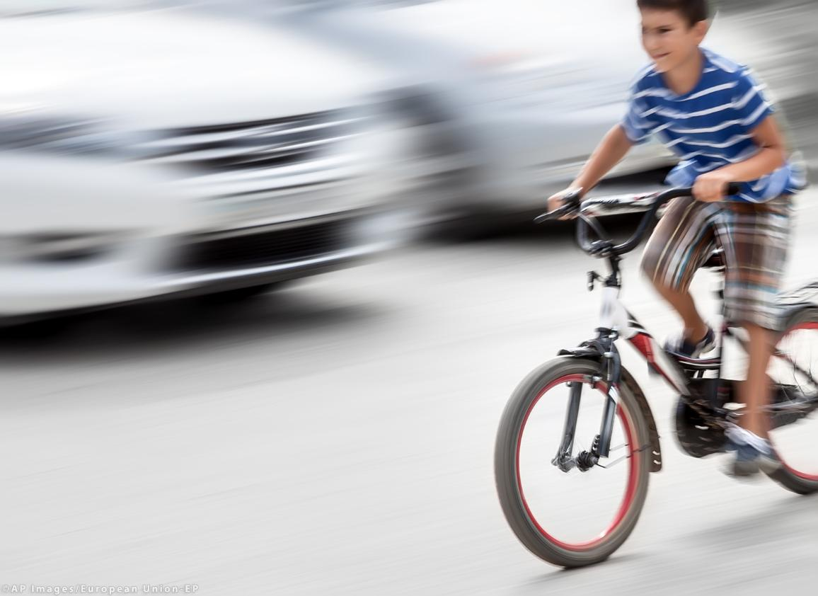 Dangerous city traffic situation with a boy on bicycle ©AP images/European Union-EP