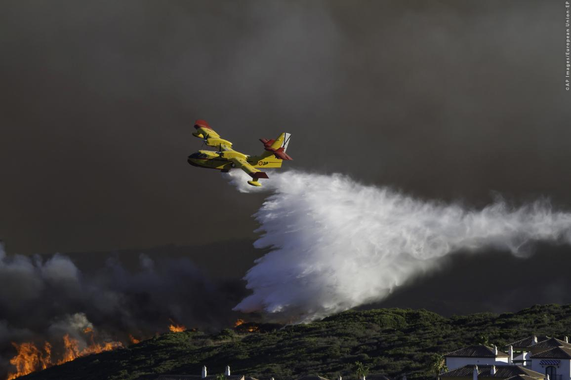 Aerial firefighting on a big wildfire ©AP images/European Union-EP