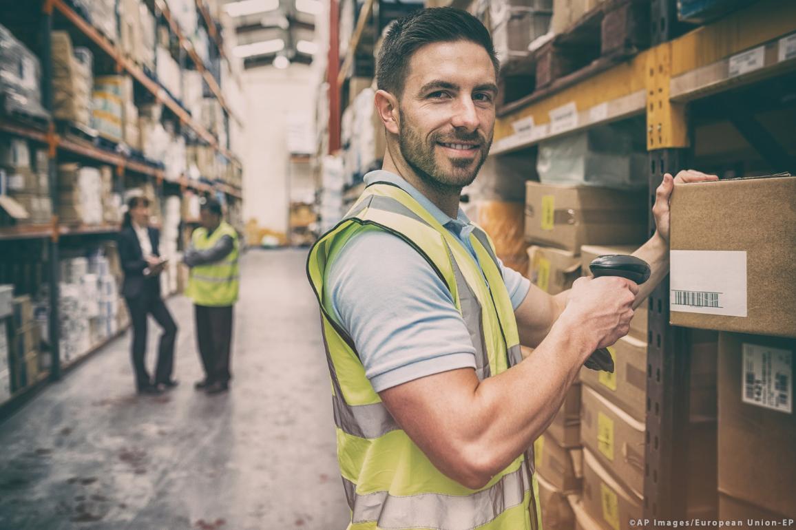 pracovník ve skladu ©AP Images/European Union-EP