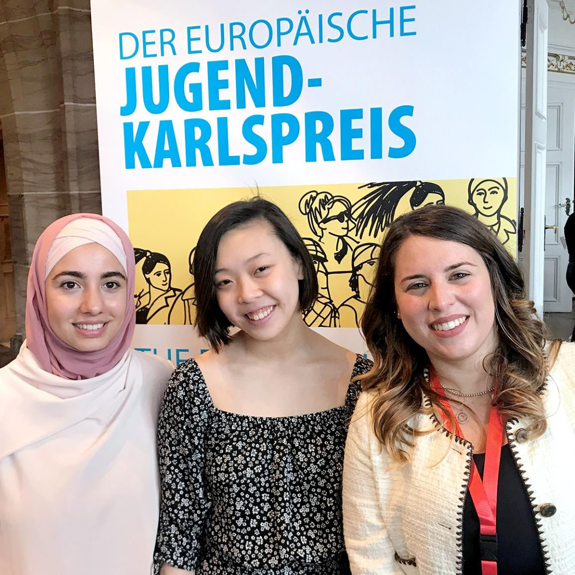 """Kaarle Suuri -nuorisopalkinnon voittajat (vas. alkaen): kolmas sija meni itävaltalaisen Canan Yasari hankkeelle """"Muslimit antisemitismiä vastaan""""; toinen sija suomalaiselle Yannika Rönnqvistin hankkeelle """"Eurooppalainen kansalaisuutesi""""; ensimmäinen sija italialaisen Sarah Pengen hankkeelle """"Europhonica IT""""."""