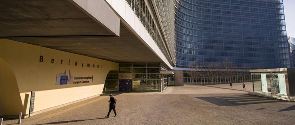 Vchod vo veľkej budovy