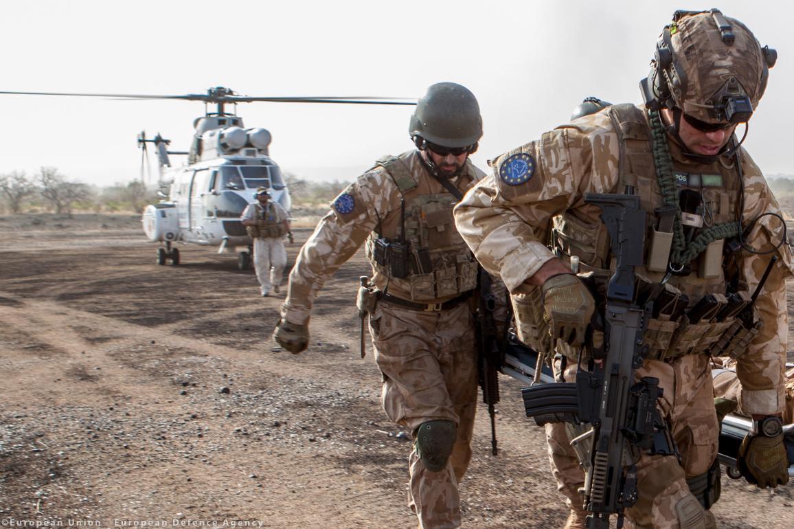 Zwei Soldaten vor einem Helikopter