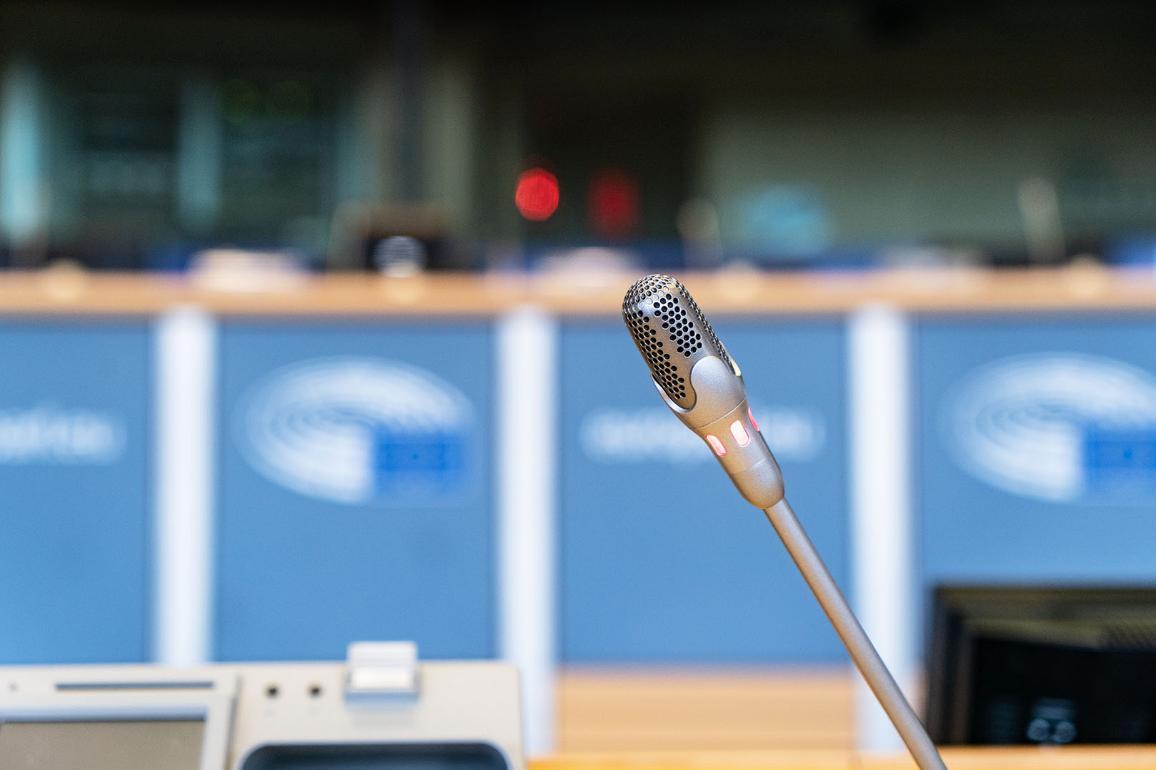 Mikrofon az egyik ülésterem asztalán.