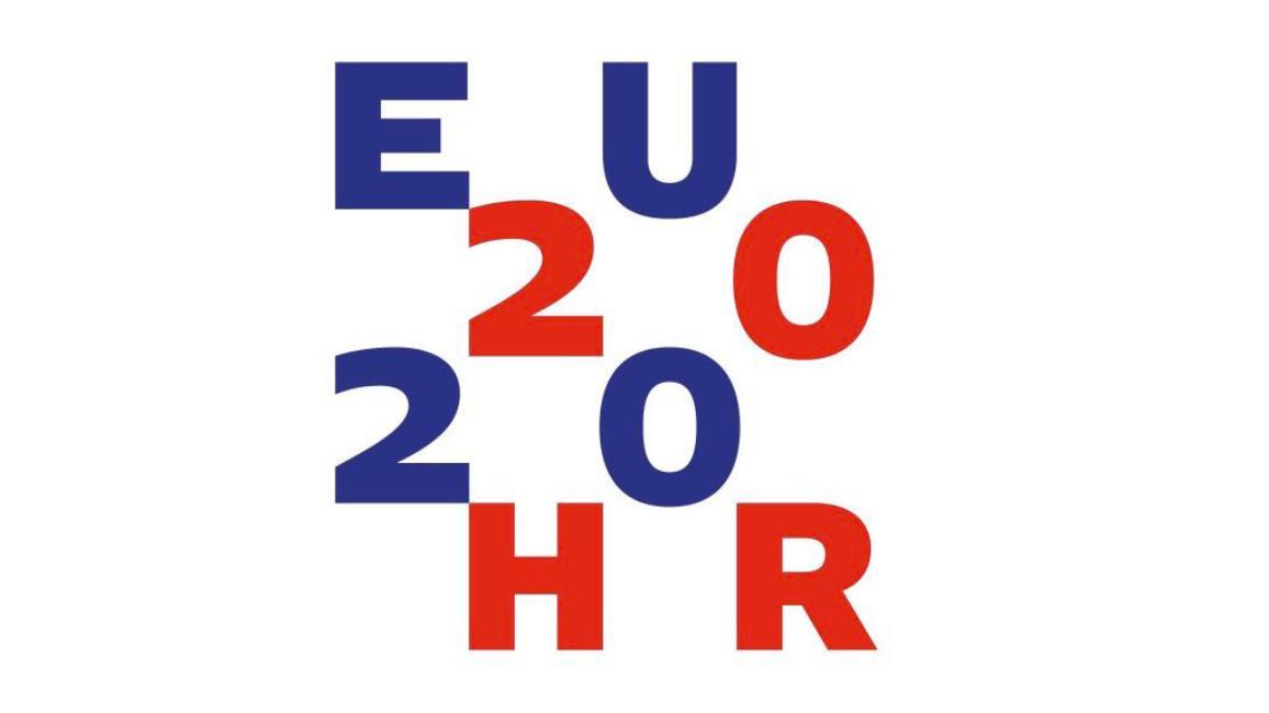 modré a červené písmená EU2020HR v štyroch riadkoch