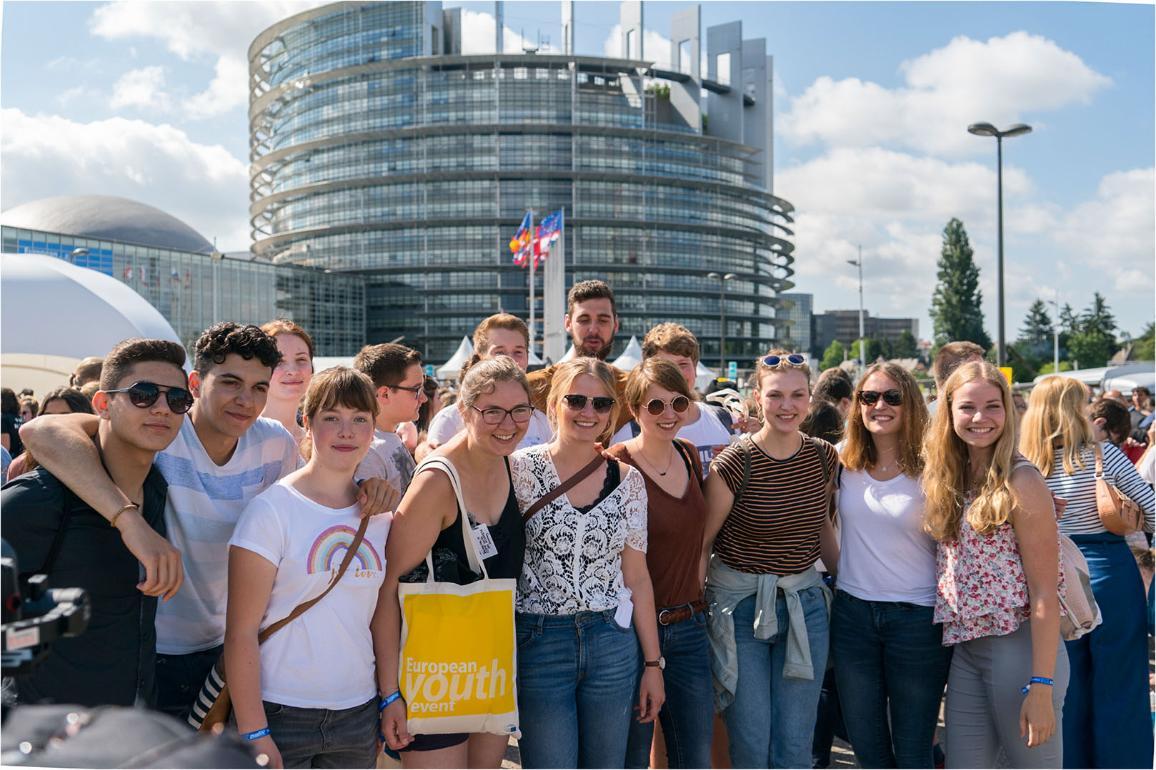 Teilnehmer des Jugend-Events vor dem Europäischen Parlament in Straßburg