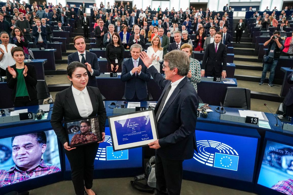 Fiica lui Ilham Tohti a acceptat miercuri Premiul Saharov pentru libertatea de gândire din 2019, în numele tatălui său care se află în închisoare.