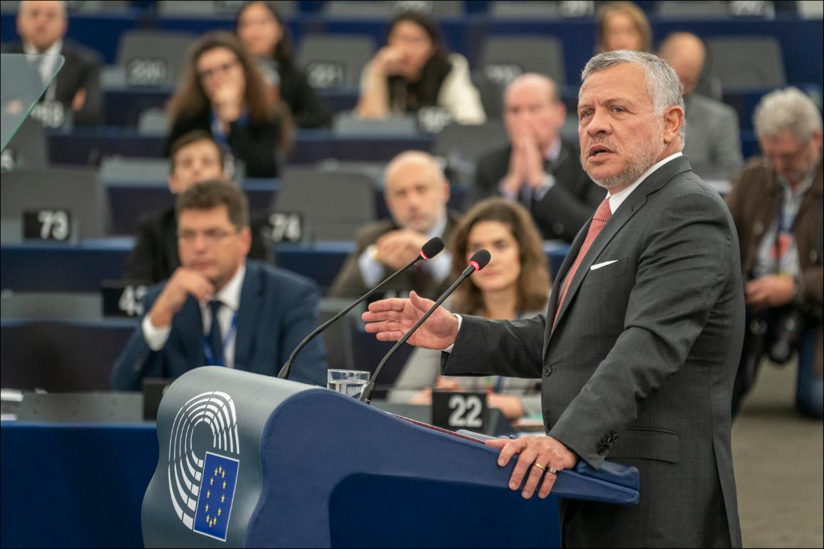 Fotoattēls: Jordānijas karalis Abdulla II uzrunā Eiropas Parlamenta deputātus.