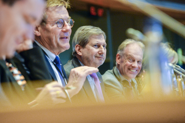 Johan Van Overtveldt, Chair of the BUDG committee, Johannes Hahn, Budget Commissioner, and Gert-Jan Koopman, Director General of DG BUDGET, on the podium of the BUDG meeting on 22 January 2020