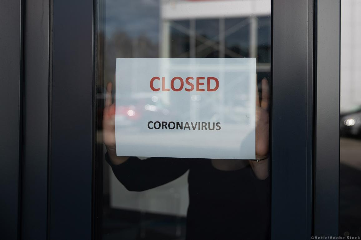 "A sign on a windows shop: ""Closed for coronavirus"" ©Antic/AdobeStock"
