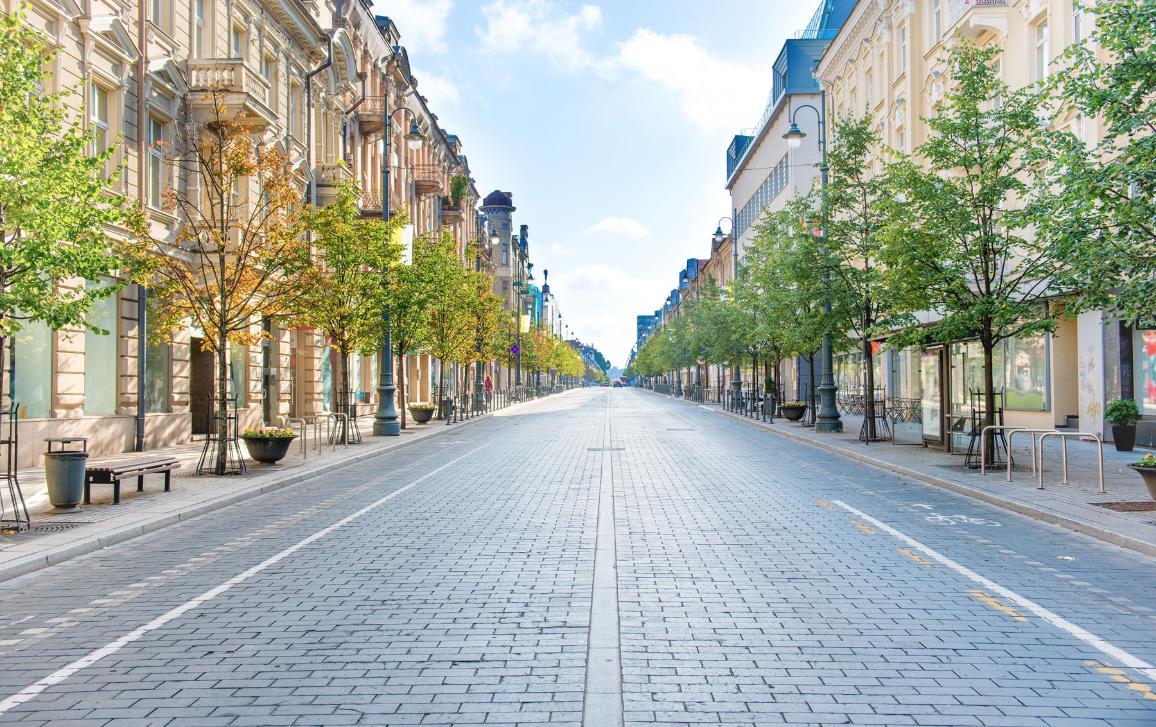 City street with empty road and morning light in Europe, Lithuania, Vilnius. ©PavloVakhrushev/AdobeStock