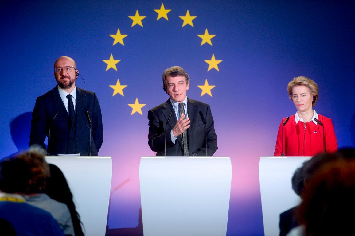 Der EU-Ratschef, der Parlamentspräsident und die Kommissionspräsidentin hinter Rednerpulten