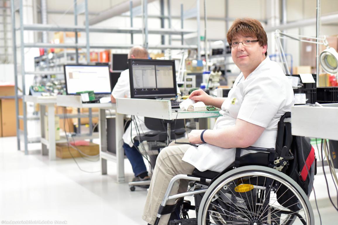 Seorang pria di kursi roda yang bekerja di kantor. © Industrieblick / AdobeStock
