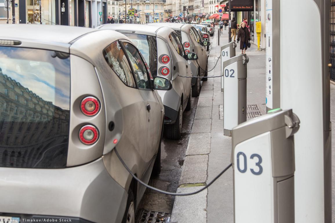 Electric cars charges on special station on Paris street ©Georgii Timakov/AdobeStock