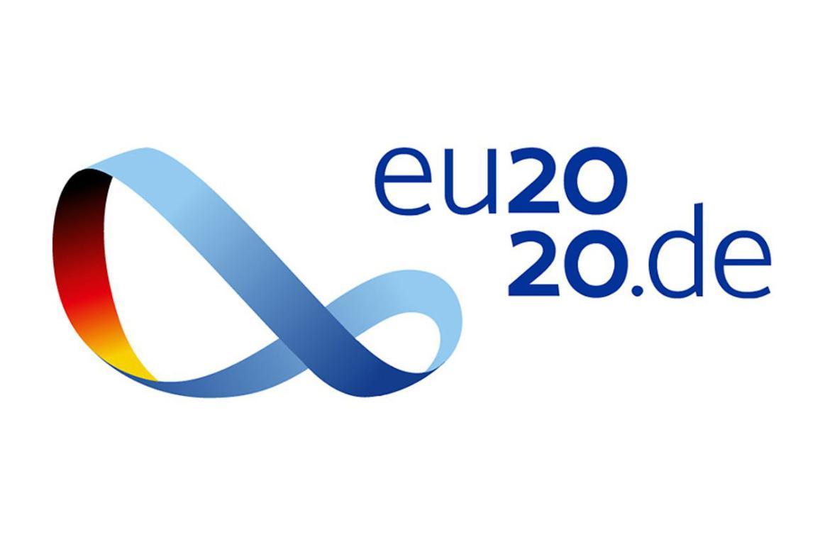 Il logo della presidenza tedesca del Consiglio con al centro il nastro di Möbius, figura geometrica con un solo lato e un solo bordo.