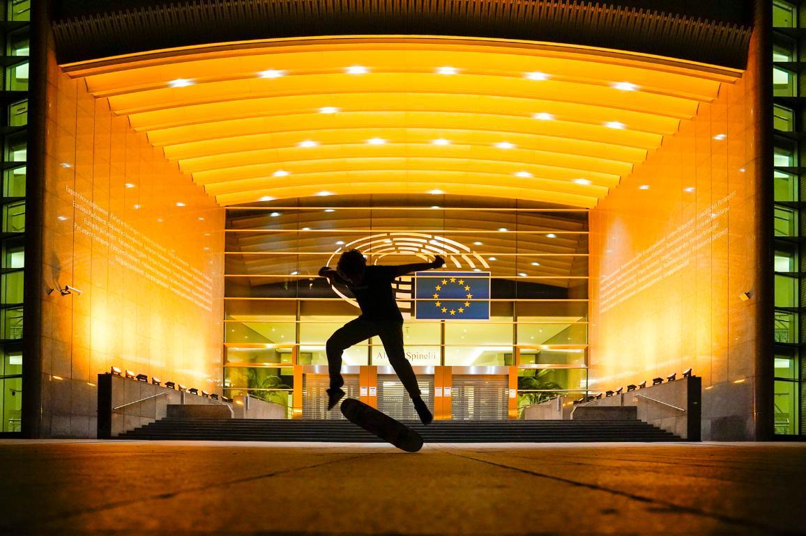 Het Parlementsgebouw in Brussel kleurt goud om kinderen te steunen die tegen kanker strijden