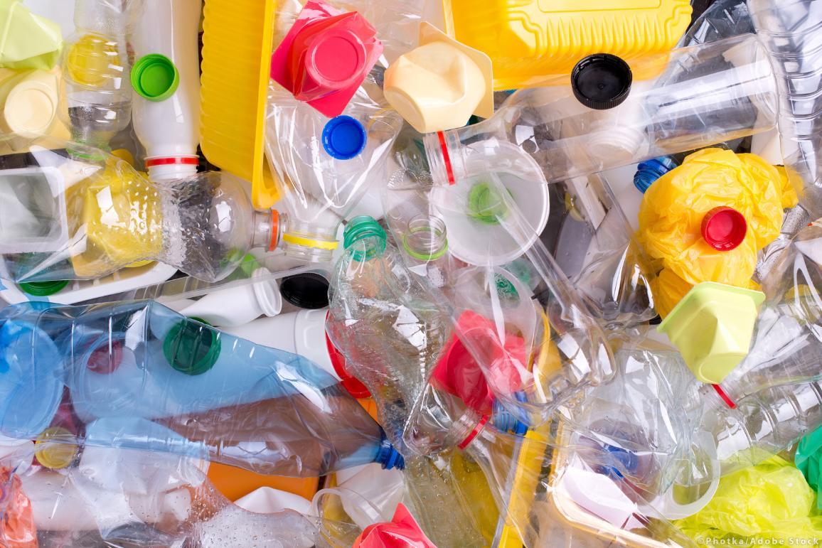 Zdjęcie plastikowych butelek i pojemników przygotowanych do recyklingu