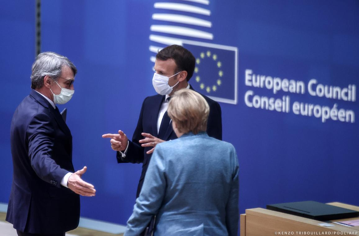 European Parliament President David Sassoli (L) speaks with France's President Emmanuel Macron (R) and Germany's Chancellor Angela Merkel (C) prior to an European Union (EU) summit at the European Council Building in Brussels, on October 15, 2020. © KENZO TRIBOUILLARD / POOL / AFP